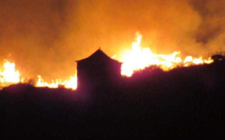 Nabij Faia Brava brand in de nacht 8 2017